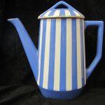 cafetière à rayures bleu et blanc d'un service de Sarreguemines typique art déco